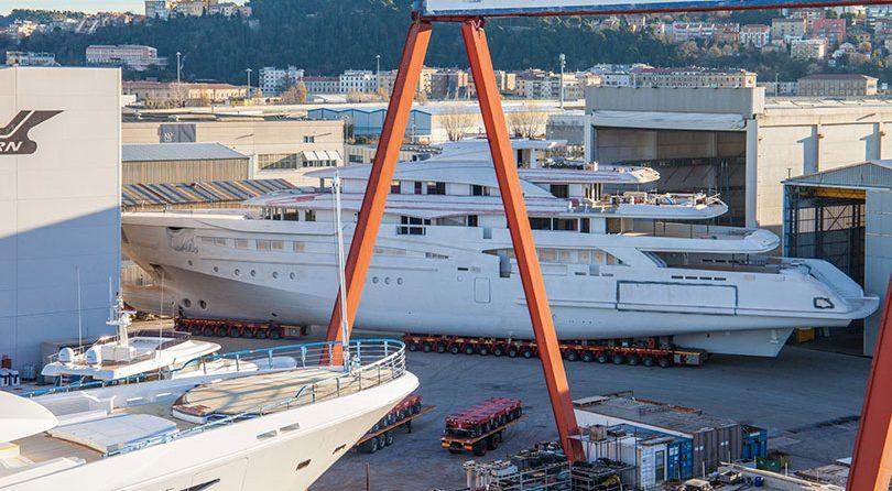 عمليّة نقل مذهلة ليخت ضخم في حوض بناء سفن CRN